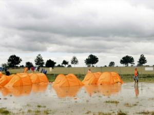 Du ku' have sovet hos os. Vores telt er det orange.
