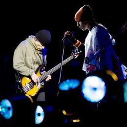 Øh, hej. Vi hedder Red Hot Chili Peppers. Vi vil gerne jamme lidt for jer.