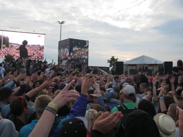 Mange mennesker til Ukendt Kunstner på skate-scenen.
