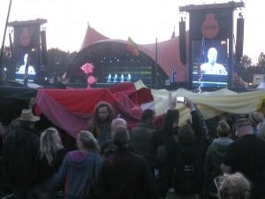 Et tysk flag passerer med retning mod scenen til Kraftwerk.