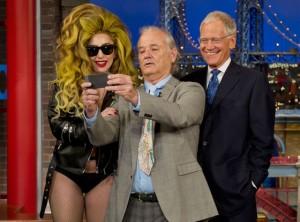 Bill Murray tager en selfie sammen med Lady Gaga og David Letterman i nattens Late Show.