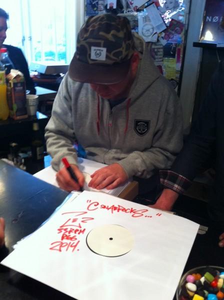 """Per Vers signerer sine 12""""-EP'er. Undertegnede stod godt placeret og fik den første af de blot 100 eksemplarer ..."""