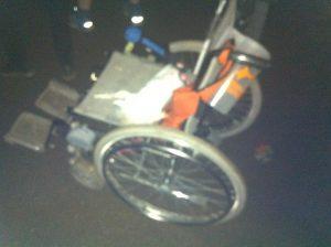 En mand har rejst sig fra kørestolen. Han går. Han hopper. Han står på kørestolen og jubler. Neil leverer mirakler.