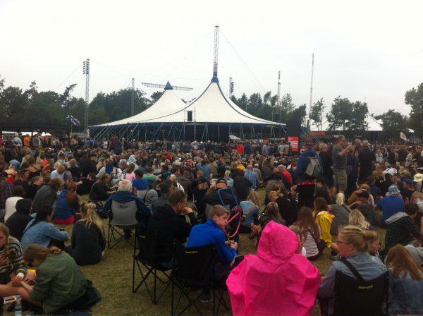 Mange mennesker på Pavilion til Elle King. Og campingstole.