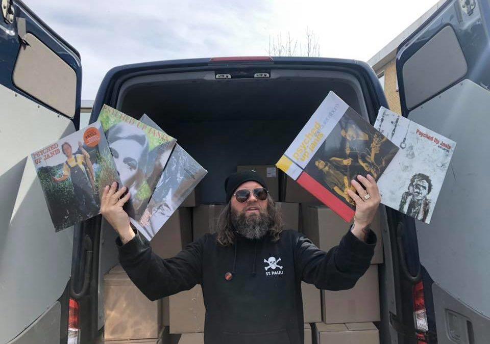 Lidt skummel vinylhandel fra sidedøren i en blå varevogn