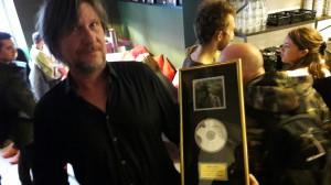 Peter Sørensen med en åbningsgave - en kashmir-guldplade